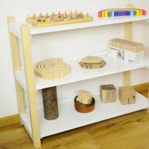 Estetyczny regał na pomoce Montessori. Z litego naturalnego drewna.