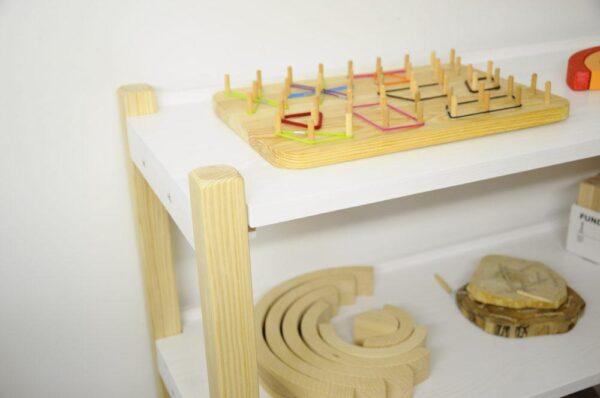 Estetyczny regał na pomoce Montessori. Z litego naturalnego drewna