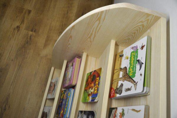Drewniana biblioteczka na książki dziecka do ustawiania ich okładką do przodu