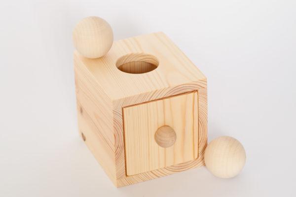 pudełko z kulką https://polanamontessori.pl/